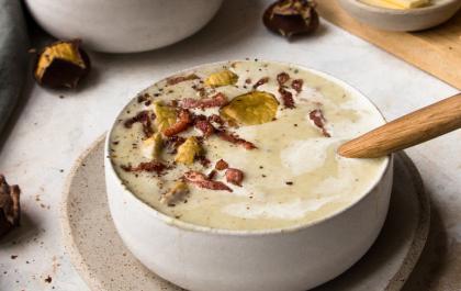 Soupe au chou-fleur, marrons et lardons